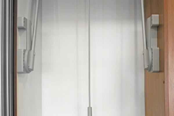 Vyklápěcí šatní tyč